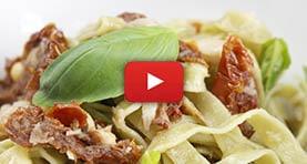 pasta-verde-con-tomate-seco-y-bacalao