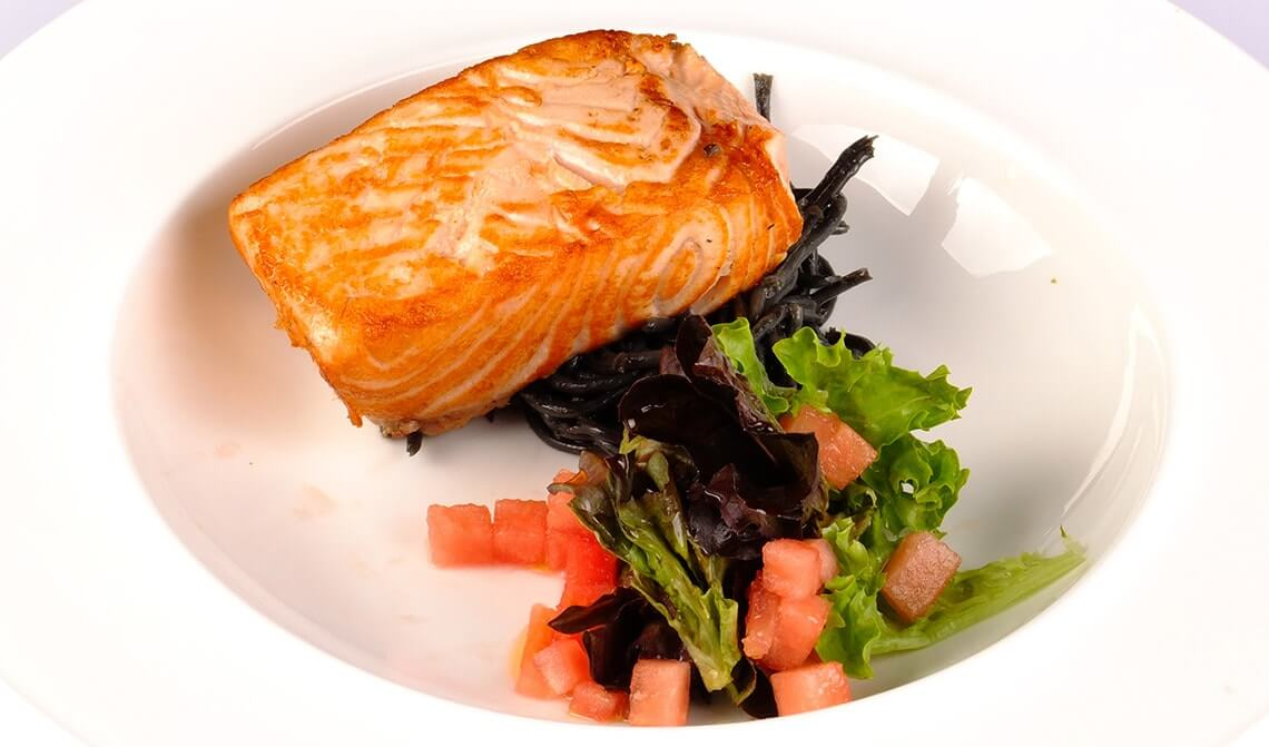 salmón-con-ensalada-de-tomate-y-pesto