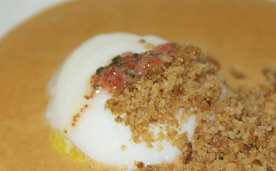 Crema de ajoarriero con huevo escalfado