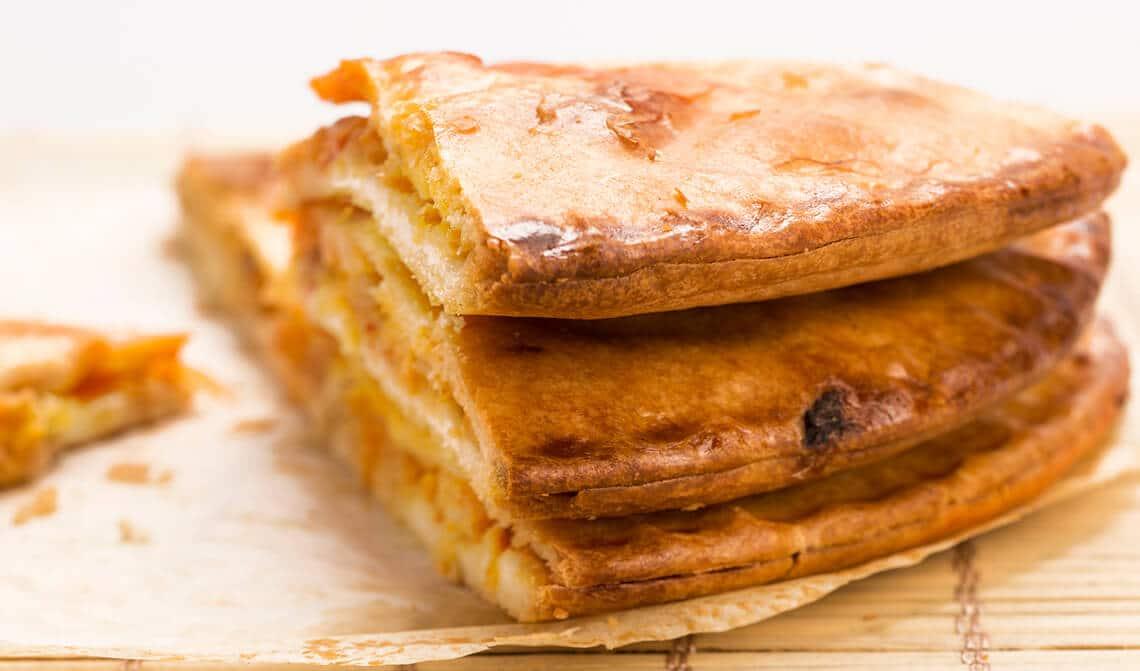 Empanada rellena de setas y langostinos