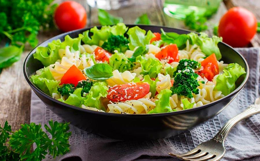 Ensalada de pasta con rosbif de atún