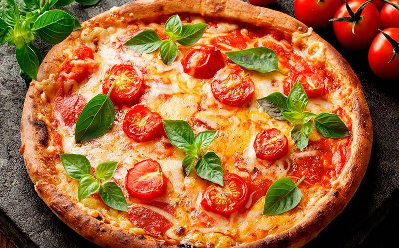 Pizza al ajo con tomates frescos