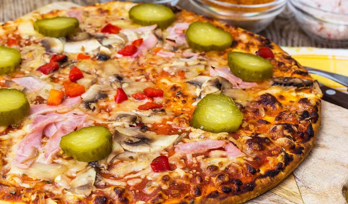 Pizza con pepinillos