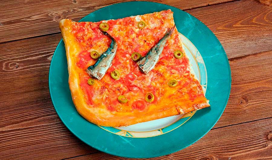 Pizza con sardinas y cebolla caramelizada