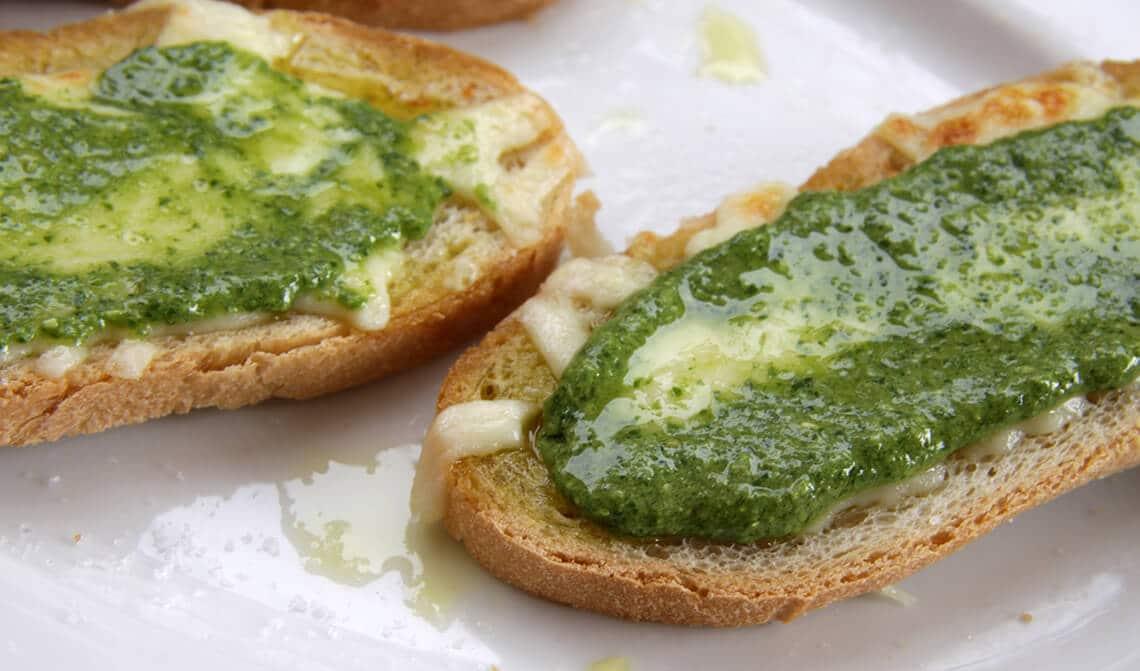 Tostadas de pan con pesto