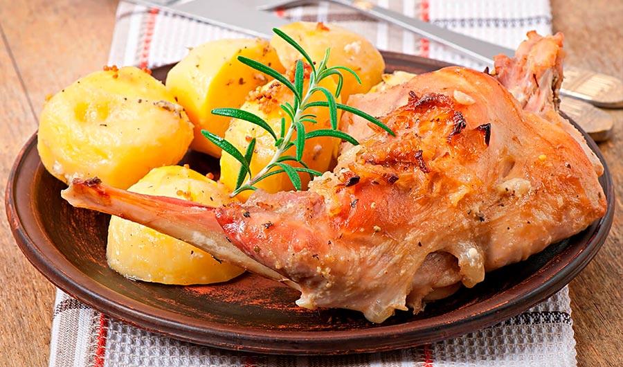 Conejo asado con patatas