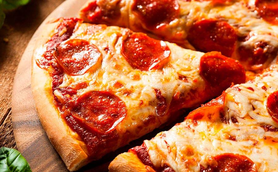 Pizza Con Chorizo Jamón Y Queso
