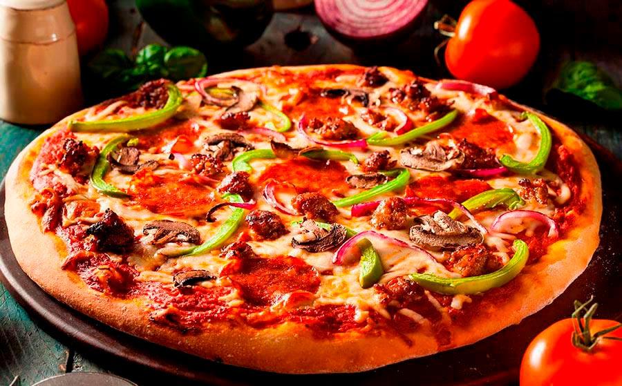 Pizza con chorizo y verduras