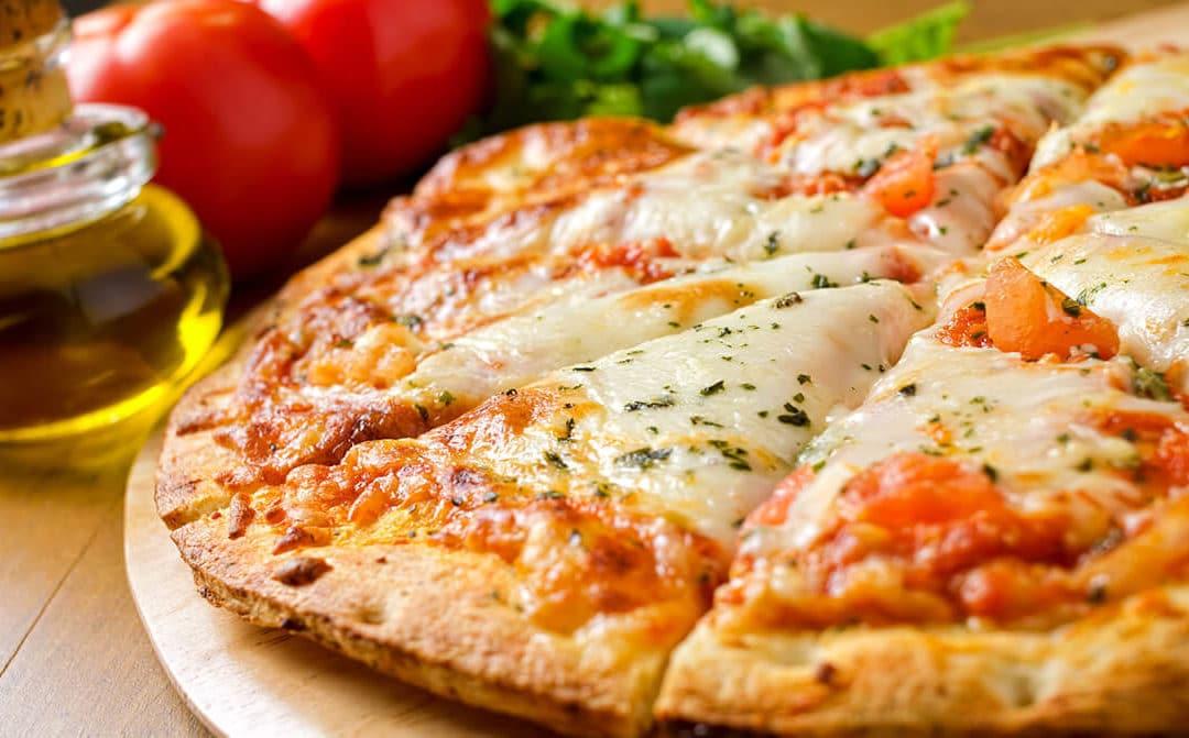 Pizza con tomate, albahaca y mozzarella
