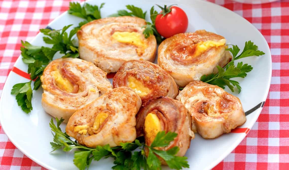 Rollos de pollo rellenos con jamón y dátiles